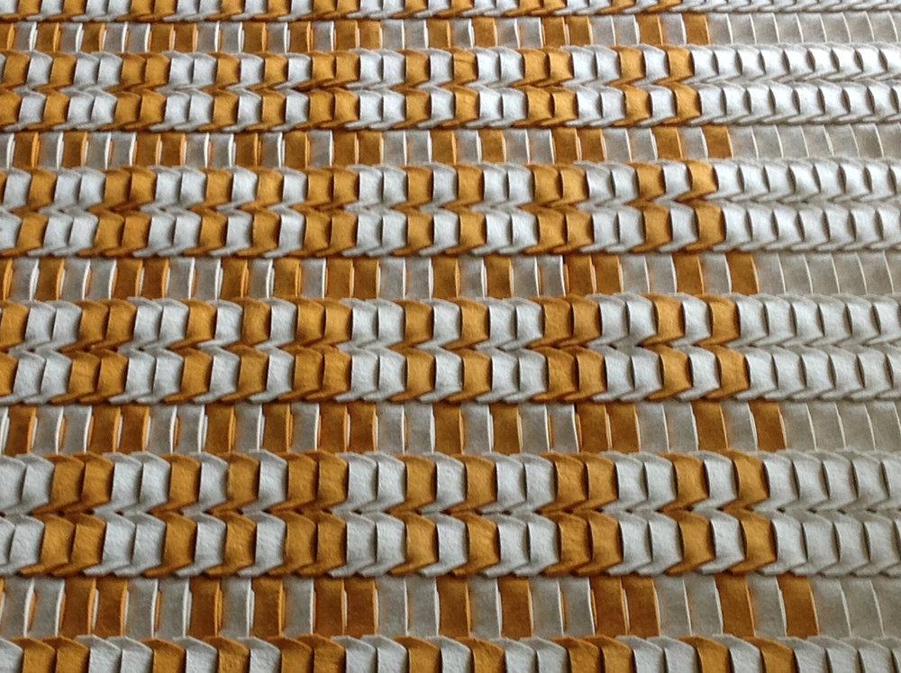 """moly - Tervező: Zachar VikiTermékismertető: A """"MOLY"""" interaktív filc szőnyeg. Az inspirációt a molylepkék szárnyainak megfigyelése adta. A szőnyeg alapelemei soronként kapcsolódnak egymáshoz olyan szorosan, mint a láncszemek. Az elemek variálásával interaktívan változtatható szőnyeg alakul ki, ami bármikor szétszedhető és újra formázható. A szőnyeg szélessége fix méretű, de a hosszúság tetszőlegesen alakítható. Az elemek gyapjúfilcből készülnek. A filc jó tulajdonsága, hogy környezetbarát, könnyen formázható, szélei nem foszlódnak, mérettartó, jó hőszigetelő, könnyen tisztítható. Az interaktív szerkezet alapelve különböző korcsoportok számára, akár speciális programok részeként is felhasználható."""