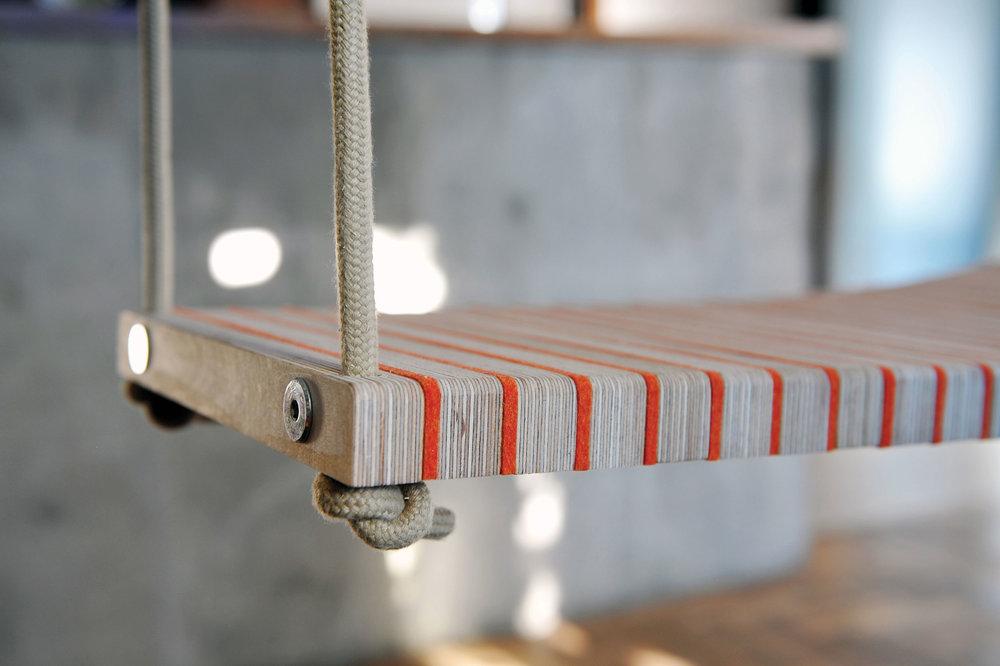 BRIGHTSIDEZ - Tervező: Ligeti DorottyaGyártó: Saját kivitelezésMéret: 1m x 32cmTechnika: sorolásAnyaghasználat: fém, fa, filc, kötél