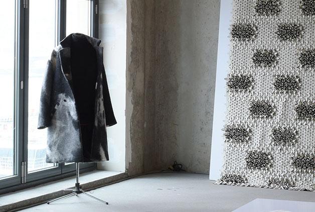 Wear Your Heart On Your Sleeve - Tervező: Pápai LillaTermékismertető:A WYHOYS organic clothing alapvető elve, hogy kizárólag olyan organikus- bio vagy újrahasznosított anyagokat használjon, melyek a legszigorúbb szervezetek által bevizsgált (GOTS, IWTO, OEKO-TEX stb..) tanúsítvánnyal rendelkeznek. Ez azt jelenti, hogy előállításuk során semmilyen vegyszert nem használtak valamint az emberi jogok semmilyen formában nem sérültek, nem veszélyeztetik sem a környezetet, sem azokat, akik az alapanyagot előállították, nem utolsó sorban pedig viselőjüket sem. A WYHOYS egy startup brand, aki mögött egy rutinos design stúdió felvállalta a piaci építkezését, így egy komplett csapat dolgozik a márka bevezetésén nem csak Magyarországon, hanem külföldi piacokon is. A gyártás Magyarországon történik, olyan szakemberekkel, akik a fair trade elveket követik. Hisznek abban, hogy minden apró környezettudatos lépés közelebb visz minket egy olyan világhoz, melyben az egyéni érdekek mellett elsősorban a természettel való egyensúlyra törekszünk. Olyan ruhadarabokat hoznak létre, melyek nem egy szezonra szólnak, nem trendeket követnek, hanem egy életfelfogást képviselnek. Üzenetük viselőjükhöz és a társadalomhoz szól.