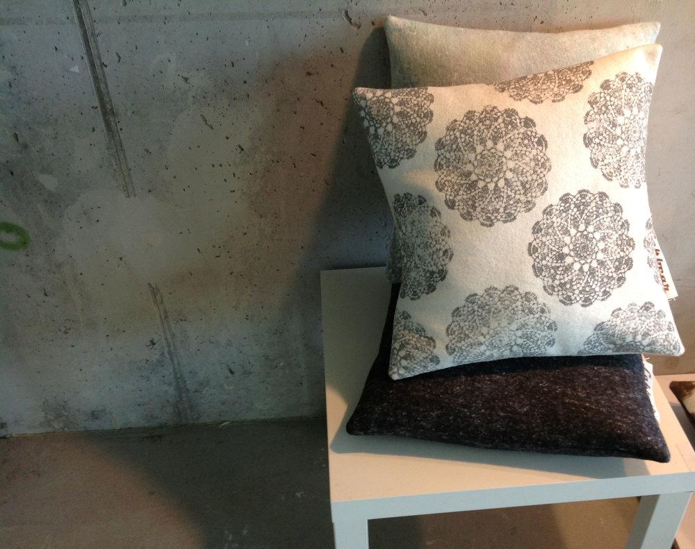 Kalandra FELT - gyapjúfilc párnák - Tervező: Thuróczy ZoltánGyártó: LakbearMéret: 45 cm x 45 cmTechnika: Egyedi textil applikáció és kézi festésAnyaghasználat: gyapjúnemez, egyéb természetes textil, textilfestékTermékismertető: A gyapjú, a gyapjúnemez az egyik legtermészetesebb és legősibb alapanyagunk. Ezek a párnák kellemesen puhák, így nyugodt pihenést biztosítanak használóiknak. Különlegességük abban rejlik, hogy kézzel készültek és egyedi darabok.