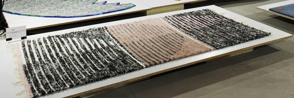 kapuk - Tervező: Surján KornéliaGyártó: Kézirongyszőnyeg ZalaegerszegMéret: 140 cm x 200 cmTechnika: kézi szövésAnyaghasználat: újrahasznosított pamut - bolyhos végszálTermékismertető: A pasztell színek és a kétféle anyag váltakozó beszövése, a bolyhos és a natúr felületek kontrasztja, ritmikája (ami stilizált kapukat formáz) határozza meg szőnyegemet