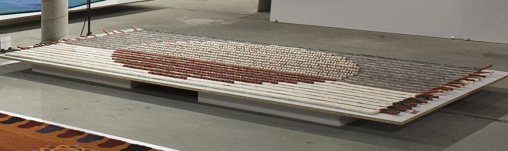 - Zóna II. szőnyeg abból a nézetből, amikor a loop technikával készített körminta pirosnak és fehérnek látszódik.A másik irányból nézve a most látható fehér loop rész pirosnak, a piros szürkének látszódik.