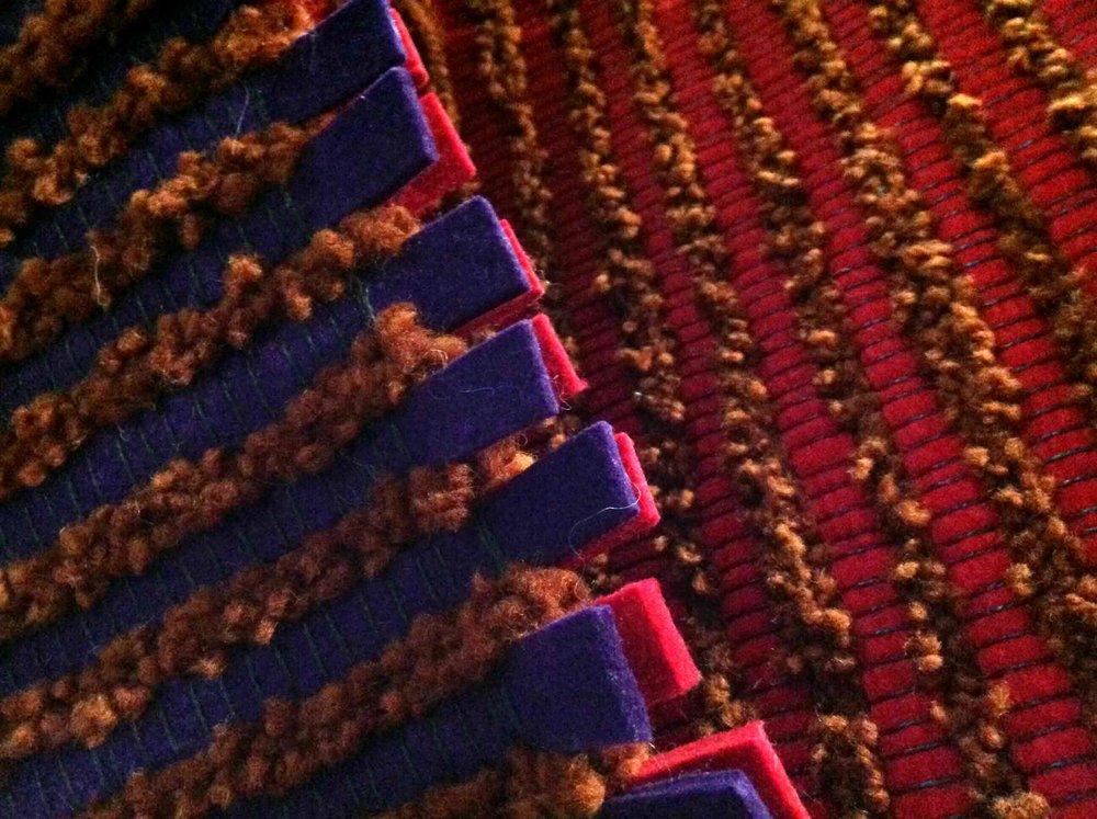 bricks - kétoldalas szőnyegcsalád - Tervező: Lőrincz V. GabiGyártó: HUNGARPETMéret: 70 X 200 cmTechnika: Egyedi struktúraAnyaghasználat: Vezetőszálas gyapjú fonal, filc csík, gyapjú struktúta fonal