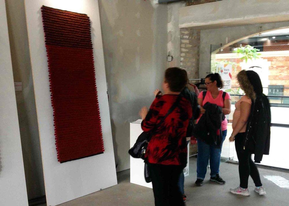 Bricks - Tervező: Lőrincz V. GabiTermékismertető:A Brick szőnyegcsalád nagyszériás gyártásra lett tervezve. A 2 cm-es filc csíkok és struktúra fonalak váltakozásával alakul ki a szövött felület. A csíkok két színből állnak, így a szőnyeg kétoldalas, egyik oldalon piros, mások oldalon lila színű, amivel a nagyszériás gyártású szőnyeg egyedivé tehető.