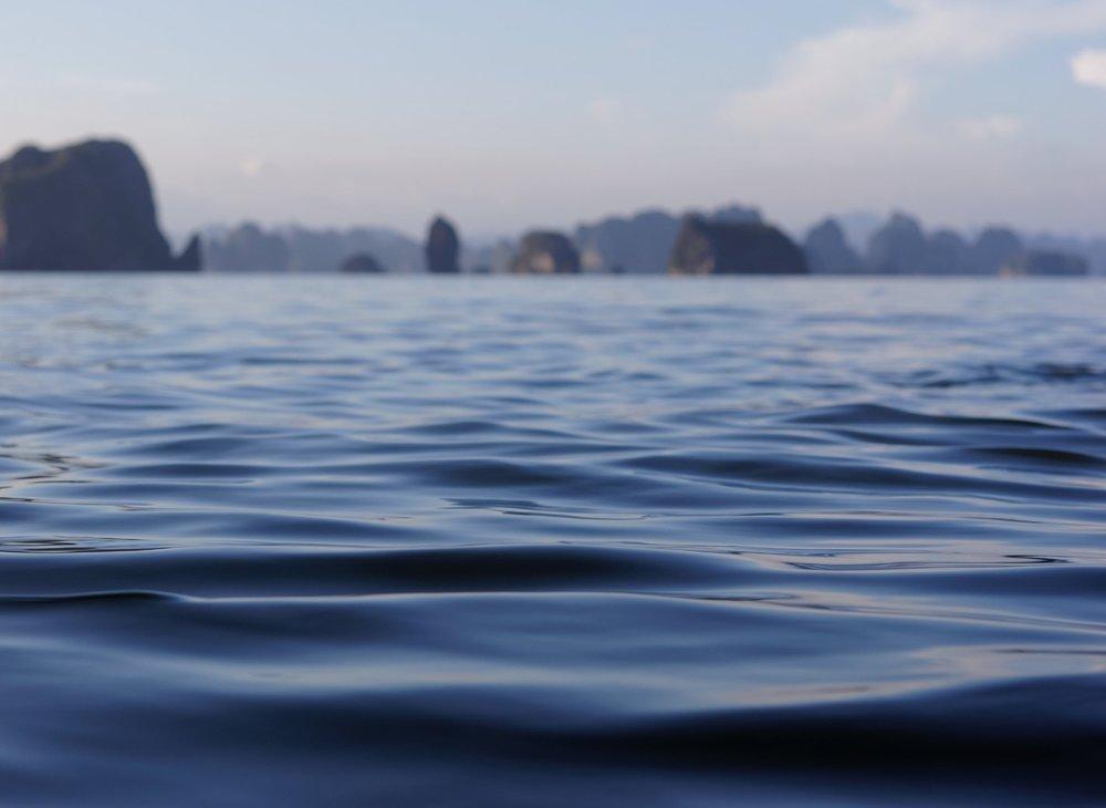 """Cal... - Día 8.- Hanoi - HalongDespués del desayuno en el hotel, salida por carretera con dirección a la bahía de Halong, en la provincia de Quang Ninh que, fronteriza con China, ofrece uno de los paisajes más espectaculares de Asia. Esta """"octava"""" maravilla del mundo ocupa una superficie de 1.550 km cuadrados y cuenta con cerca de 3,000 islas e islotes cubiertos de vegetación que surgen del mar como extrañas esculturas. A nuestra llegada embarcaremos en el barco que tenemos reservado para disfrutar de esta maravilla de paraje. Almuerzo, cena y alojamiento a bordo del barco."""