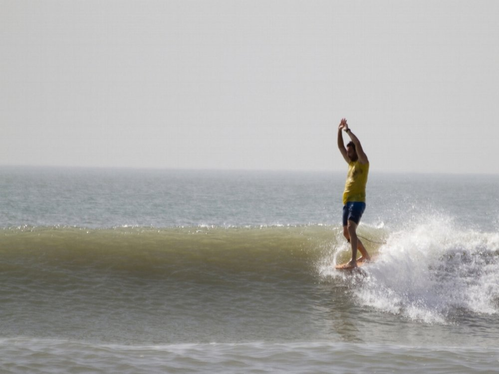 - Nuestra Escuela de Surf imparte las clases en las playas de la zona de Cap Skirring.Nuestra base está en Le Petit Quartier, en Kabrousse, desde donde nos desplazaremos en 4x4,a dar las clases de surf.Tenemos catalogadas unas 20 zonas de olas de calidad, con orientaciones diferentes, por lo que siempre disponemos de alternativas para encontrar las mejores condiciones, en función de la marea, el viento y el tamaño de las olas.