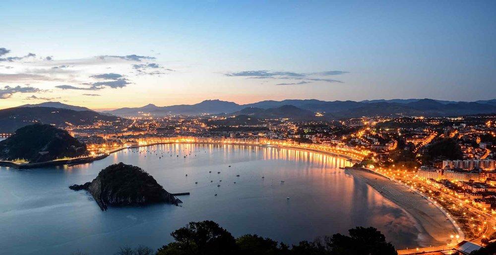 Destino - San Sebastián es una de las ciudades más modernas, cosmopolitas y bellas del mundo, gracias a su privilegiado entorno y sus preciosas playas de la Concha y la Zurriola, pero también a su parte vieja, el puerto, el Paseo Nuevo, la Catedral...Buenos suelos, playas, fiesta, paisajes increíbles y buenos pintxos... Habráque ir, ¿no?