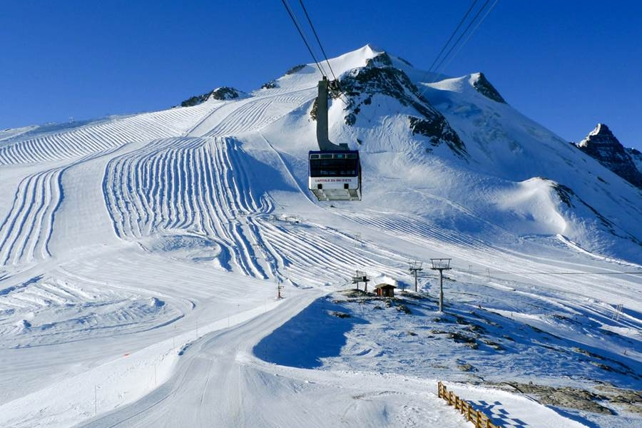 Destino - Bienvenidos a Tignes Val D'Isère (Espace-Killy), una de las mayores estaciones de los Alpes (¡300 km de pistas!) y, sin duda, la que cuenta con las instalaciones más modernas de Francia. Gracias a su glaciar, tiene nieve todo el año, y su desnivel de 2000 metros, hará posible que estés esquiando casi una hora sin parar.