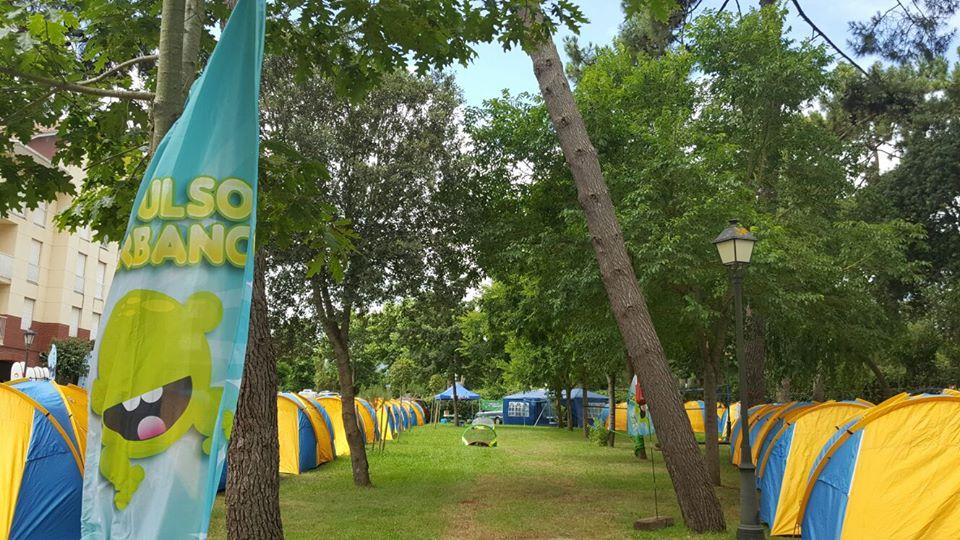 Alojamiento - En el Surf Camp situado a 100 metros de la escuela de surf y de la playa tenemos todo lo que necesitas preparado. Las tiendas están montadas, hay campo de voley, futbol playa, indoboard, slack line, zona para cargar móviles, neveras para enfriar la bebida, música ambiente.. y el desayuno y la comida están incluidos. Asique sólo tienes que preocuparte de disfrutar.