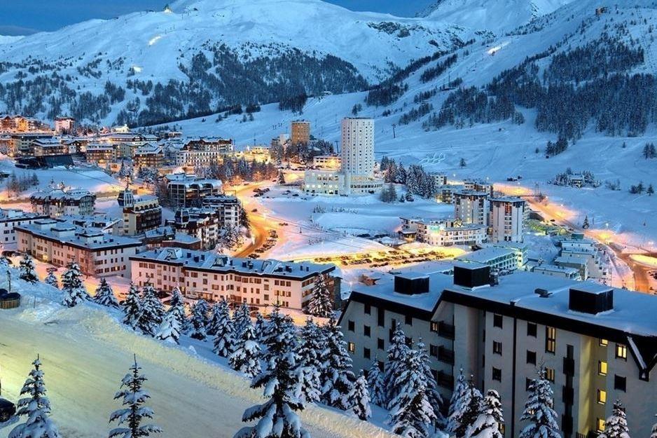 Destino - Andorra es el país de los Pirineos. Allí todo esta pensado para disfrutar de la naturaleza y, por supuesto, de la nieve. En Grandvalira, la estación más grande de la península con más de 200 km esquiables, tienes todo lo que se puede pedir: snowparks, itinerarios fuera de pista e incluso ski nocturno.