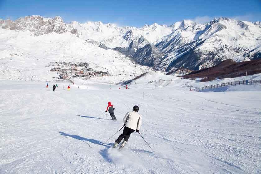 Mucha nieve y diversión - Si eliges dar clases de esquí o snowboard, en Andorra tienes opciones para todos los niveles y estilos, ya que es una estación prácticamente infinita. Completaremos la agenda con divertidas carreras de trineos, fiesta de disfraces o un original concurso de saltos. ¡Diviértete sin límites!