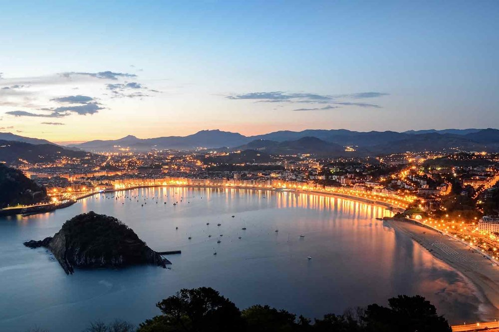 Destino - San Sebastián es una de las ciudades más modernas, cosmopolitas y bellas de España. Su privilegiado entorno y su preciosa playa de la Concha hacen que sea una de las capitales más bonitas de Europa. Playa en la ciudad, fiesta, multitud de olas y estupendos pintxos.. ¿que más se puede pedir?.