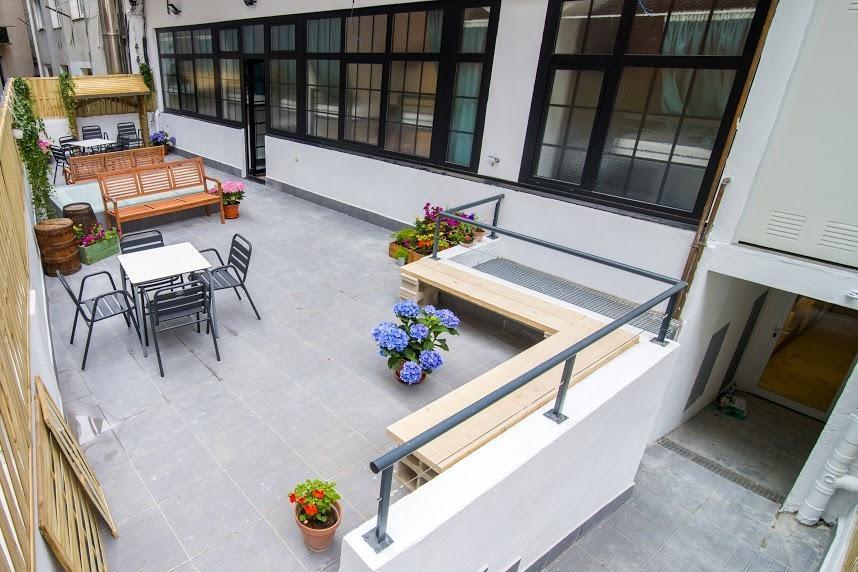 Alojamiento - El Koba Hostel ha sido inagurado en 2017, se trata de un moderno edificio con todas las comodidades de un hotel y lo bueno de un hostel. Baños en todas las habitaciones, terraza, cocina común, salón, wifi... Todo pensado para divertirse, disfrutar y compartir la experiencia.