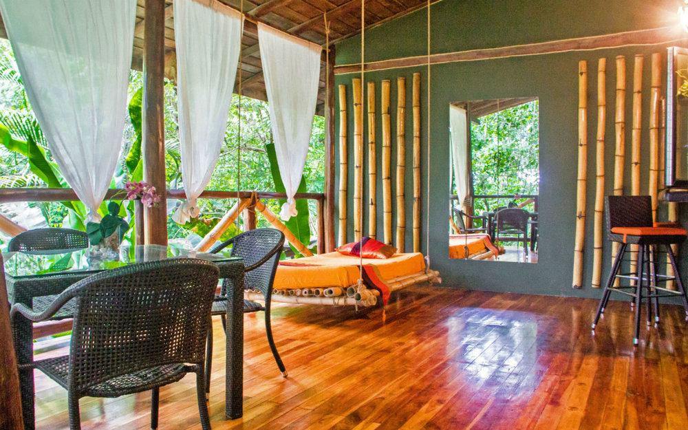 """- Nuestro eco alojamiento Canaima Chill House, ubicado en Santa Teresa, Mal Pais, es un oasis en medio de la jungla a tan solo 500m de una de las mejores playas de Costa Rica. Cada habitación -completamente independiente- está creada para experimentar la sensación de """"estar en casa"""", lejos de casa. Podrás elegir entre espaciosas y cómodas habitaciones en formatos """"suiteroom""""con capacidad para 2 personas y"""