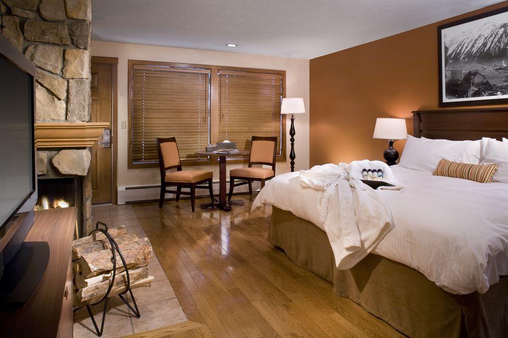 - El Hotel Molly Gibson Lodge, situado en el centro de Aspen, dispone de modernas habitaciones, piscina climatizada al aire libre y desayuno bufé todas las mañanas. Ofrece servicio de transporte gratuito desde y hacia el aeropuerto de Pitkin County.