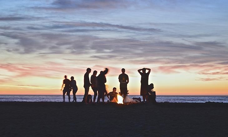 - 16:30h - Salida en bus desde Atocha.Durante el trayecto nuestro guía te contará el planing del fin de semana, y resolverá todas las dudas. Habrá música y películas surfers durante el trayecto para hacer más divertido el viaje.21:30h - Llegada al alojamiento y check in.22:00h - Antorchas en la playa si el tiempo lo permite.