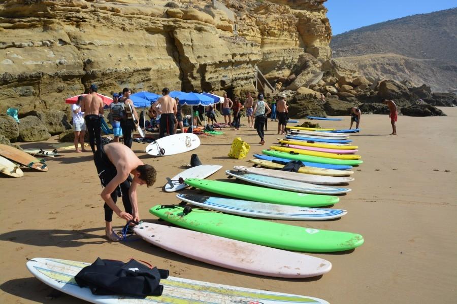 - 09:00:Desayuno [todo el mundo a la vez]10:00:Clases de surf.20:00: Fiesta de despedida, todo el mundo vestido de blanco para la ocasión.