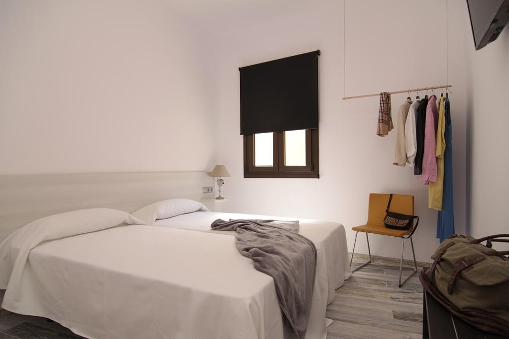 Alojamiento - El hotel 8 rooms te garantiza calidad, diseño, buena ubicación y privacidad. Situado en el corazón de Tarifa, podrás elegir a que playa ir dependiendo de las condiciones de cada día. Después del surf podrás relajarte en su salón o ir a algún chiringuito.