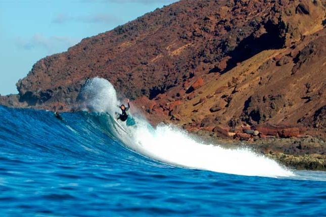 Surf, Wind o Kite, tú eliges - Fuerteventura es la isla del fuego..y del mar. Aquí tienen cabida todos los deportes de mar: surf, windsurf o kitesurf. Tanto si nunca los has practicado, como si eres un experto, Fuerteventura es el spot perfecto para ti.