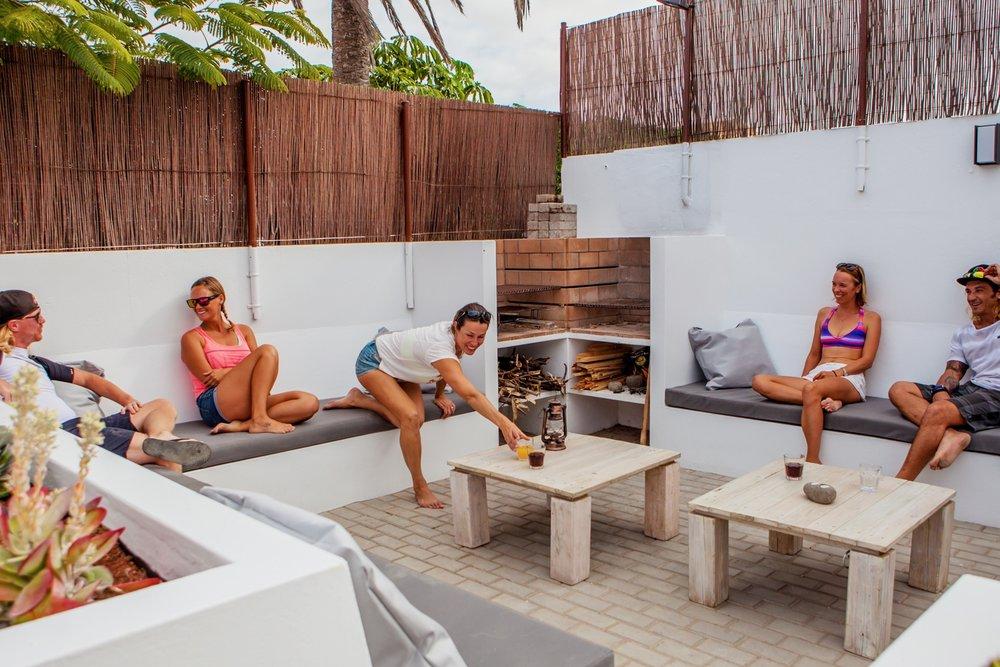 Alojamiento - Te alojarás en una pequeña, coqueta y acogedora surf house. Situada a escasos 500 metros de la playa, te sentirás como en tu casa, pero compartiéndola con amigos.