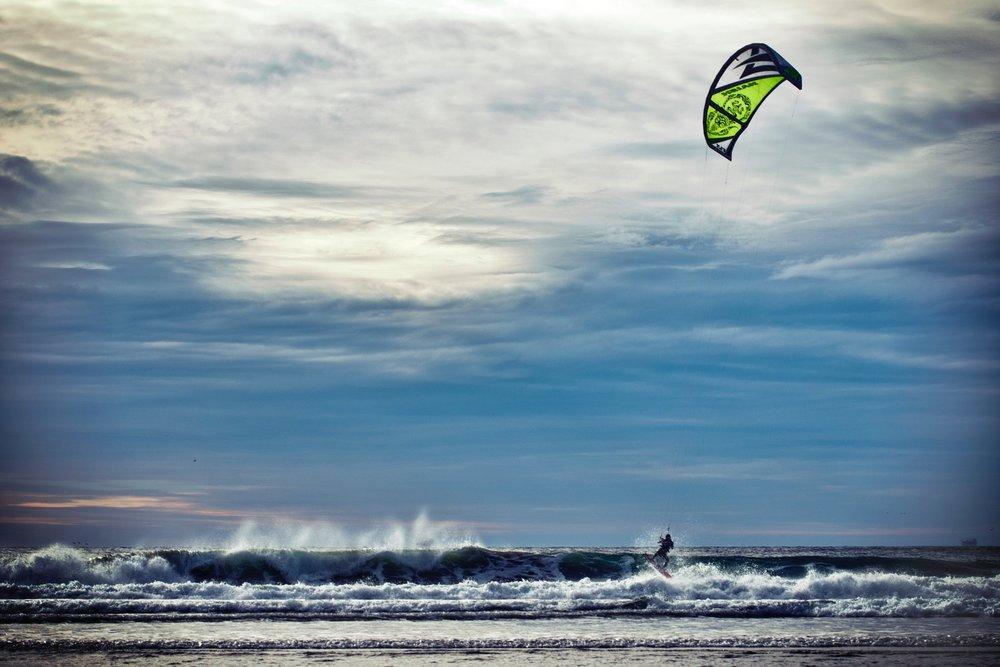 Destino - Fuerteventura es una isla donde los elementos luchan entre sí. El desierto contra los volcanes, el viento contra el mar... El resultado es una isla espectacular, que goza de buen tiempo todo el año, y de las mejores circunstancias para practicar deportes de mar.