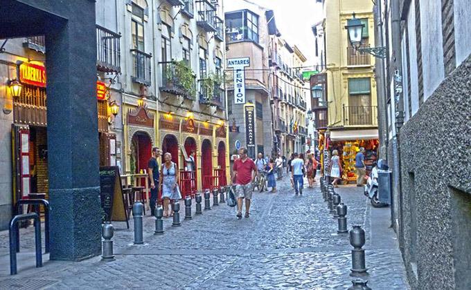 Calle Elvira - Es una de las calles - peatonales - más antiguas de Granada, donde se concentran bares modernos, artesanía,teterías y se respira un rollo bohemio pero andaluz único.
