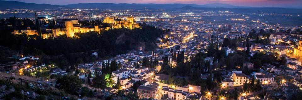 Mirador de San Miguel en Sacromonte - El mirador de San Nicolás es tan conocido que te recomendamos que vayas al de San Miguel. Un lugar espectacular desde el que divisar toda la ciudad y, en especial, la Alhambra y Sierra Nevada.