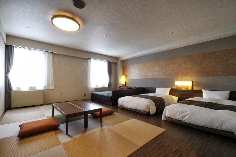 - El Hotel Niseko Alpen se encuentra frente a la Estación de esquí y dispone de habitaciones individuales y dobles pero también familiares para ir con familia o amigos. Ofrece baños termales, sauna de piedra ganbanyoku,piscina cubierta, wifi gratis y hasta sala karaoke :)