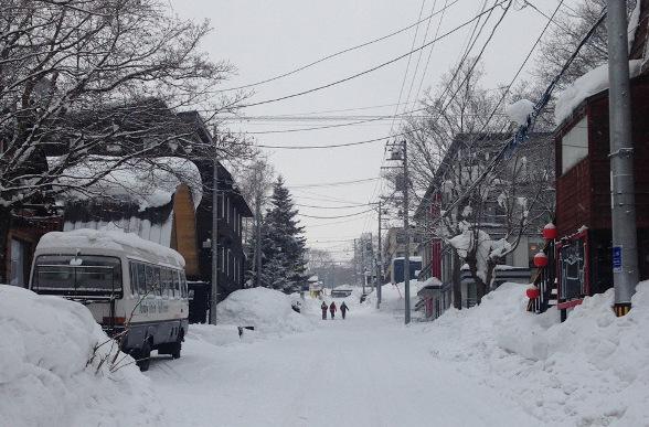 - Niseko está ubicado en Hokkaido la isla más al norte de Japón, que recibe las tormentas desde la mismísima Siberia. En concreto, te proponemos la zona de Hirafu donde además de mucha nieve, encontrarás buena fiesta, comida deliciosa y gran comodidad.