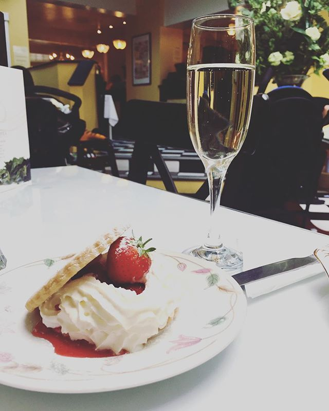 Prosecco and strawberry shortcake  for Wimbledon 🍓