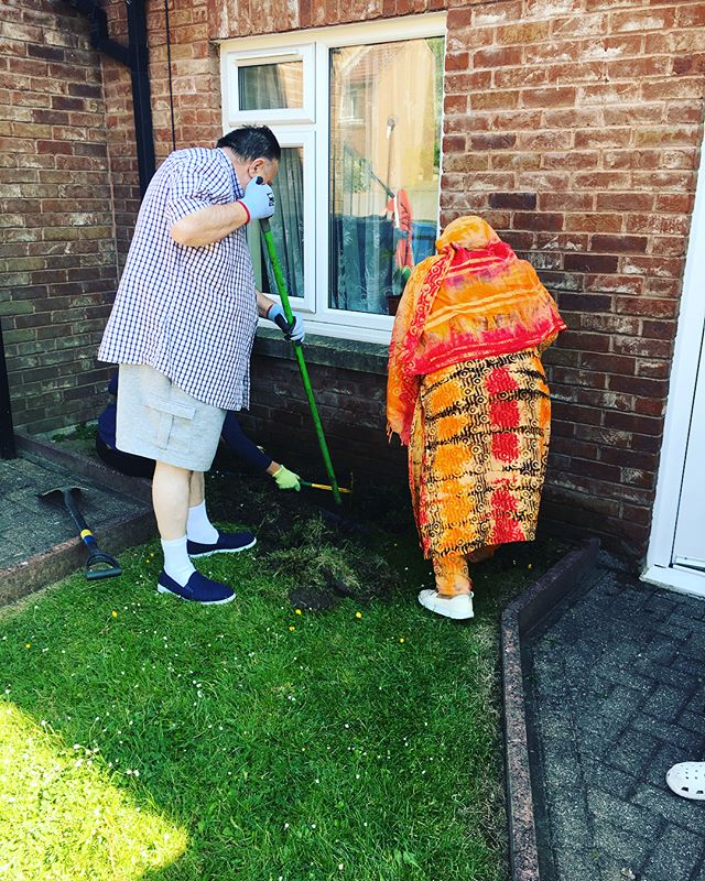 What a beautiful day for another Garden Neighbours session on Quarry Bank Court. Thanks to our new volunteers Massa and Sulthana. Local resident, Les was also a great help! He was a fountain of knowledge telling us lots about the local area having lived there for many year! Also, great to see Les doing more to his garden, including his new cat deterrent gizmos! #edibleelswick #lovewhereyoulive