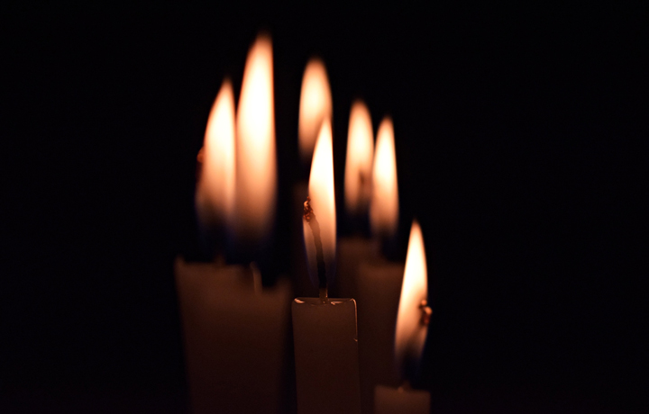 Candles in the dark. Photo:  Leandro Almeida  from  Burst