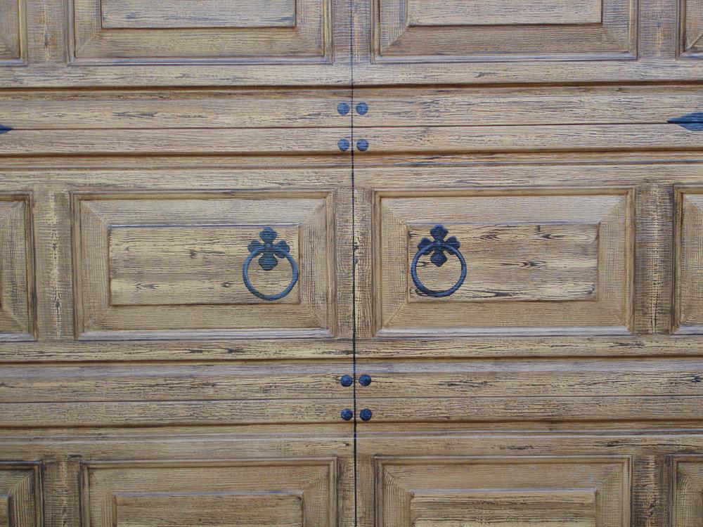 Trompe_Loeil_hardware_on_garage_door_detail.jpg