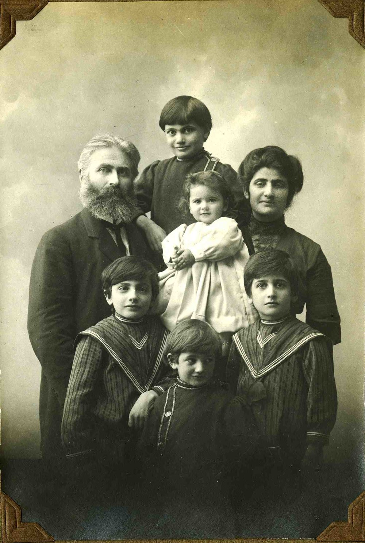 2.5-Tsolag-family-1912.jpg