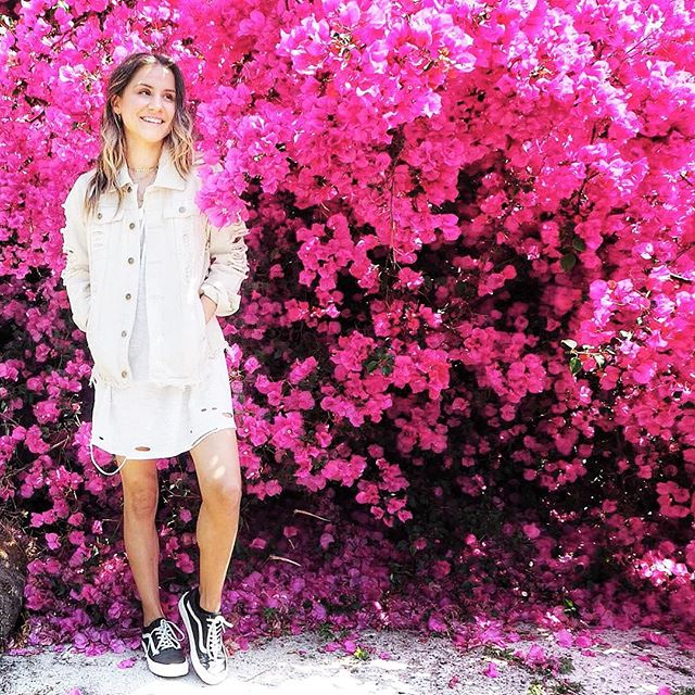 Here's to sunny Sunday's in Los Angeles 🌸🌸🌸 TAP for outfit deets! 😘 . . . . .  #pink #flowerwall #vans #summer #blogger #losangeles #sunshine #california #santamonica #sunday