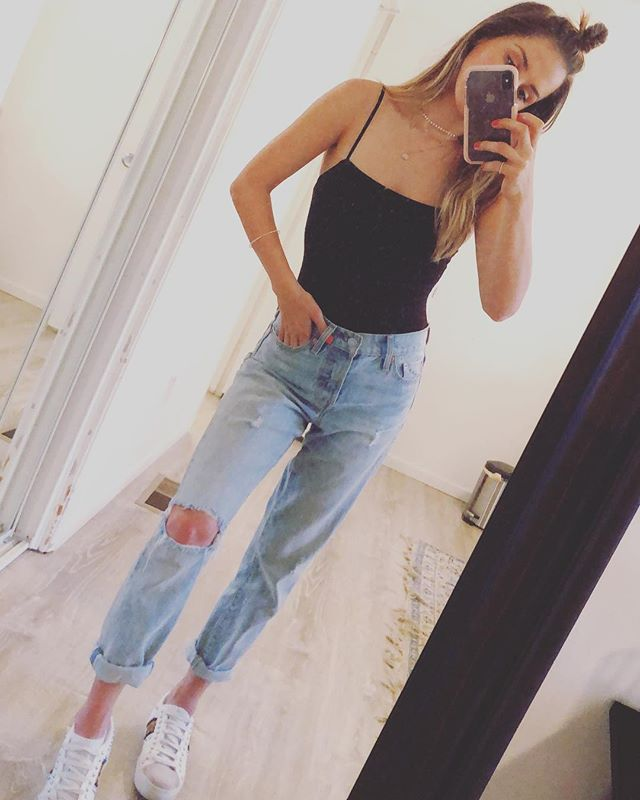 HELLO summer! 🙌🏼 . . . . . . . #jeans #boyfriendjeans #levis #levis501 #summer #summeroutfit #losangeles #streetstyle #sneakers #ootd #tgif #california #califonialove #halfuphalfdown #beachwaves #gucci