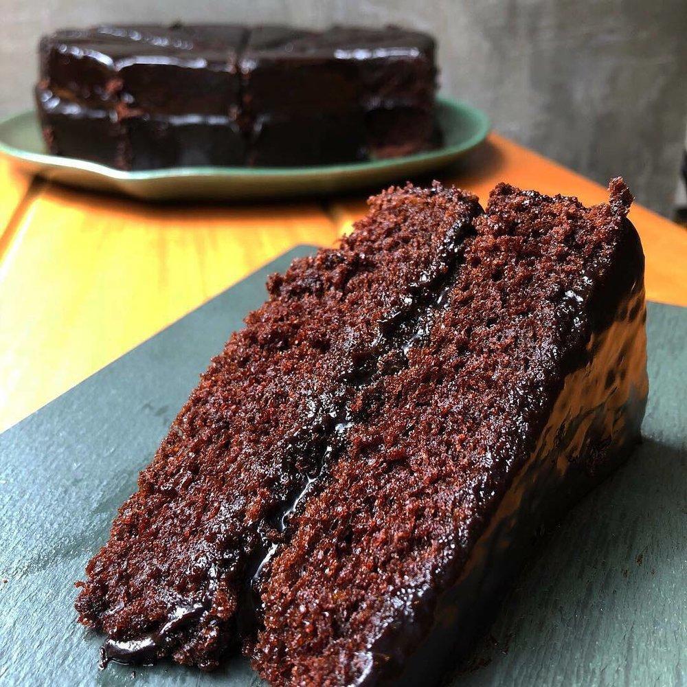 devil's food cake - Massa de chocolate bem molhadinha com recheio e cobertura de fudge de chocolate.