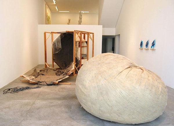 Posicional / Positional , 2013, Installation view, Casa Triângulo, São Paulo, Brazil