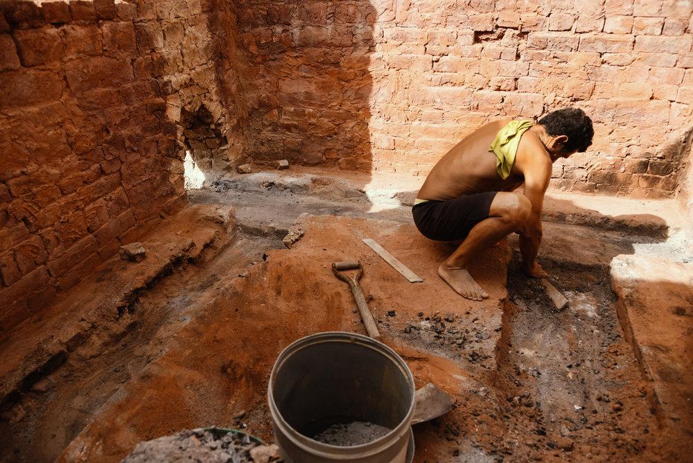 Haciendo los ladrillos//Making bricks