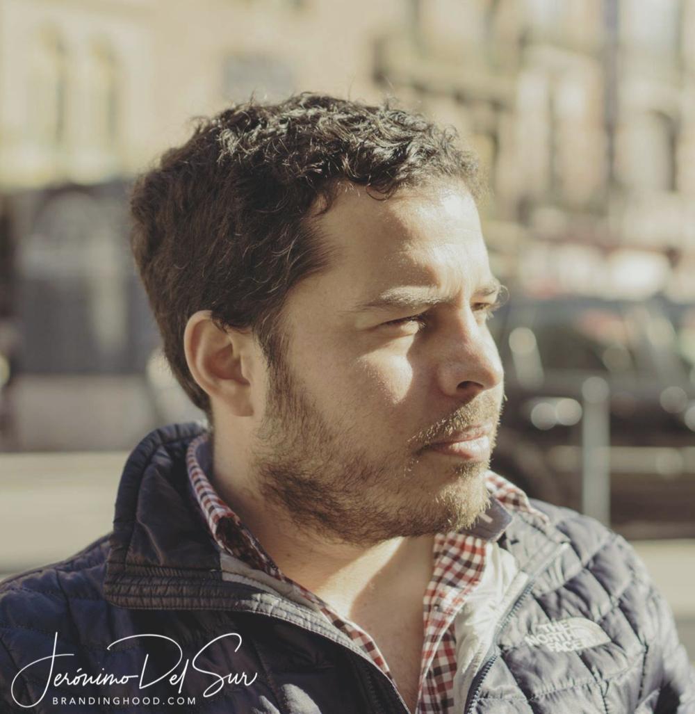 Publicista, fotógrafo y realizador de videos con estudios en Chile, Australia y un Máster en Branding en la Universidad Pompeu Fabra/Elisava en Barcelona, España.