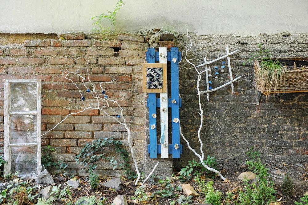 Salmovská: místo pro snílky - Vnitroblok, který uhrane snílky, tvůrčí povahy a ty, kteří mají blízko k městskému zahradničení a tématu up-cyklace. V tomto vnitrobloku slouží jako truhlíky staré boty, kapsáře, jako skleníky fungují vyřazené okenní tabule, uplatní se tu palety, pařezy, sítě, rámy obrazů (ve kterých se vertikálně pěstují sukulenty), umělecká díla. Dohromady tvoří půvabný, fantaskní celek.