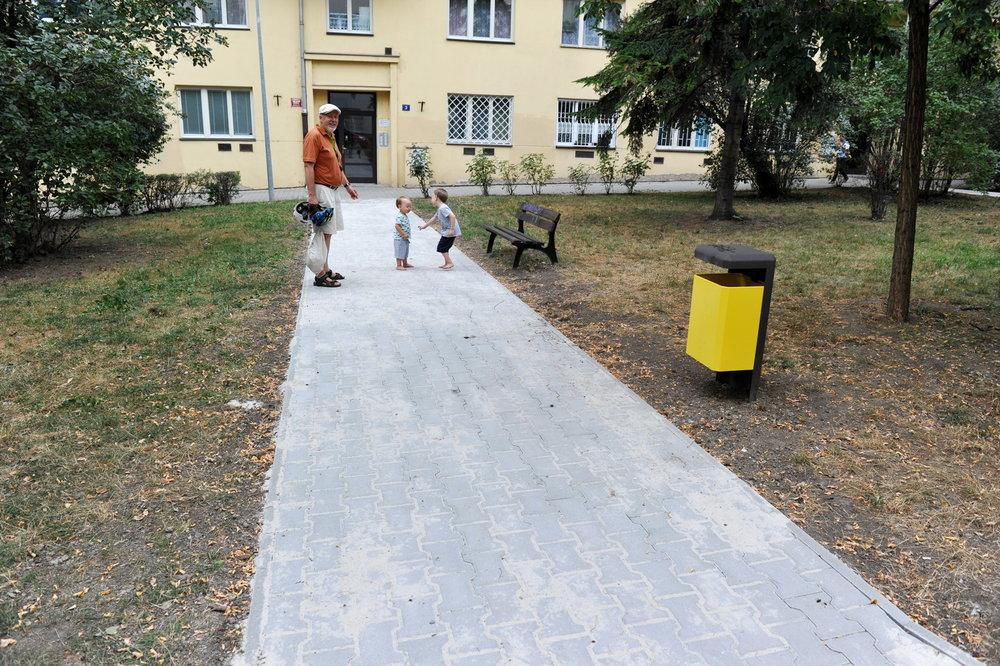 """Lvovská: začínáme to tu měnit - """"Já tomu zatím říkám spíš erár, než komunitní prostor. K dnešku to jsou dílčí změny, díky kterým to alespoň vypadá, že jsme v 21. století"""", říká Šimona Huitric. Šimona od loňského roku oživuje vnitroblok ve Lvovské. Ve spolupráci s městskou částí Praha 10 se jí podařilo docílit výměny dlažby, instalovat koš, zlepšit stav laviček i zeleně a dosázet živé keře. V srpnu 2018 bude do vnitrobloku umístěn kompostér."""
