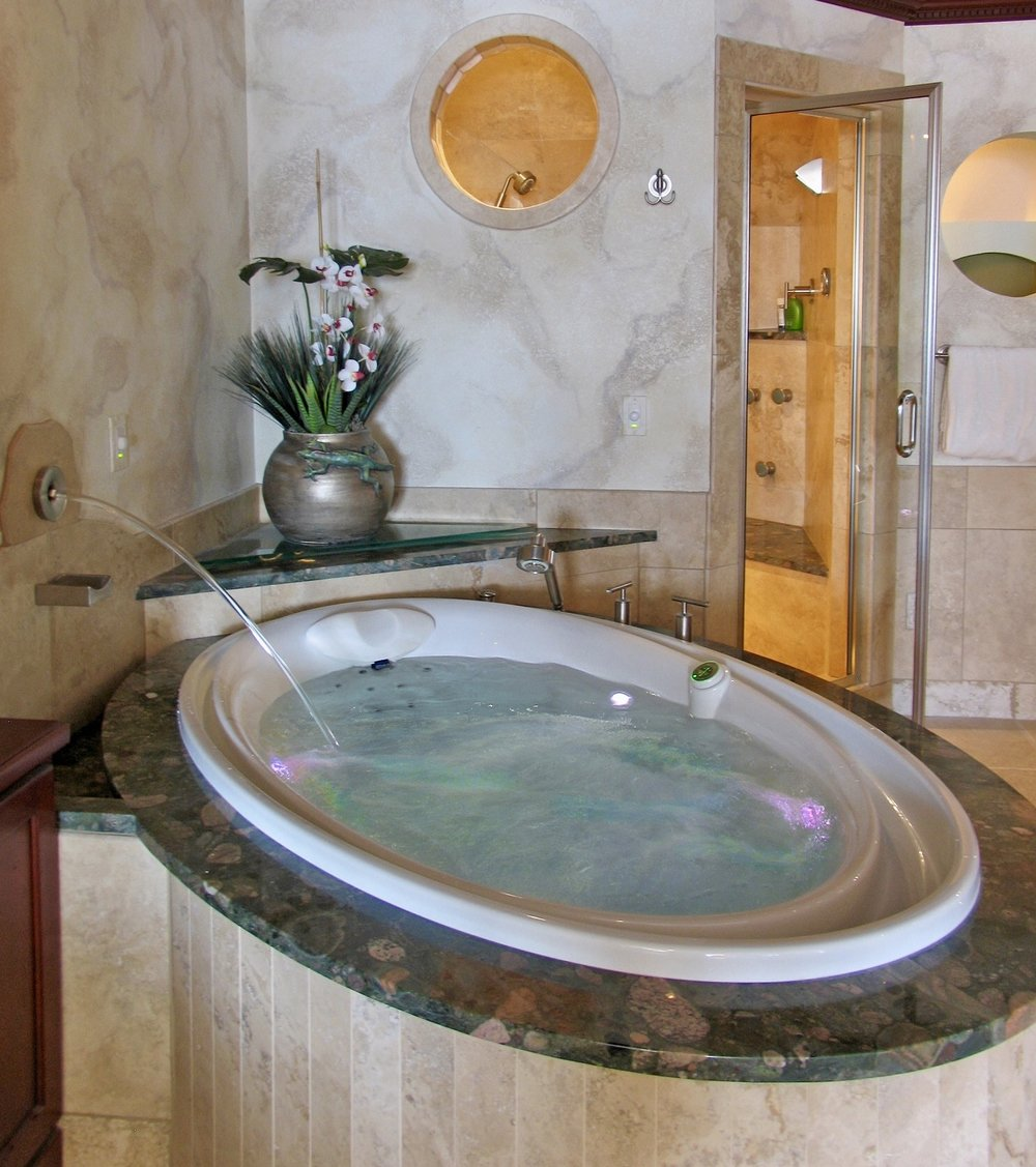 Close up OF tuscan marble bath with inlay