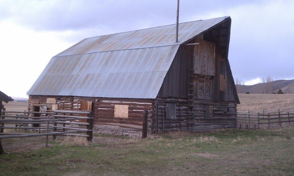 Original log barn, photo from 2002.
