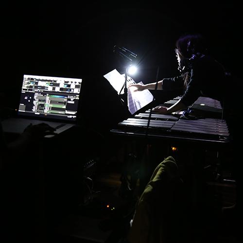 《Visualization》- for Vibraphone, Sensors and Mapping - 這件作品是由鐵琴、蜂鳴片與投影構成的現場表演,概念是利用樂器的聲音、震動控制影像與聲音呈現,並融合了樂器本身的音色與電子聲響,創造多層次的聲光效果,豐富觀眾的感官體驗。透過感應器接收琴鍵震動的訊息,再送到電腦中使用MAX接收訊號再輸入Resolume Arena控制影像的即時呈現,讓聲音擁有顏色、形狀與生命感,音色的部分,除了鐵琴原本的聲音外,更在程式中加入了不同的效果器或音效干擾、變形樂器本身的音色,讓聲響變化充滿更多變化性與偶發性,也讓樂器演出多了更多的可能。