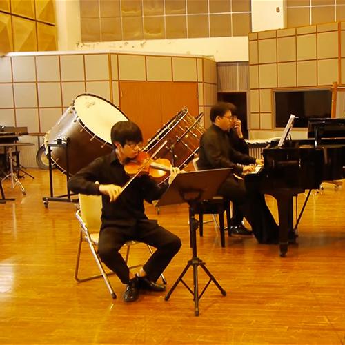 《Fantasy》- for Piano Trio - 一場畫面的幻想。三個樂章,嘗試反思自己的生活。分別表達三種狀態:詼諧,弔詭,幽默。三個樂章分別為Ternary form, Through compose 及 Rondo,整首曲子大量使用五度音程和聲,及平動技巧,希望營造出融合中國特色的音響.