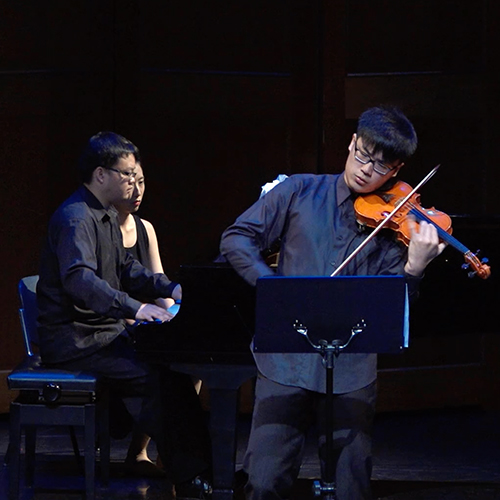《Montage》- for Violin and Piano - 蒙太奇,電影中經常使用的剪接手法, 給人帶來一種怪異的、刻意造成的拼貼敘事風格。此曲便是採用了「Montage」的做法, 在奏鳴曲式中,刻意地強調突然出現的句子 ㄧ「插入句」 並用這種方式營造出突然變化的感覺。小提琴與鋼琴各自擁有部分的主旋律, 有時互相呼應、有時互相競逐, 一開始出現的「插入句」輪廓非常鮮明,使人容易分辨。 但隨著主要部分與插入部分同時往結尾的部分不斷發展, 它的出現越來越不規則, 充滿著不確定性與偶發的感覺; 這種衝突感拉扯著各個動機不斷發展, 最終匯流在一起結束全曲。