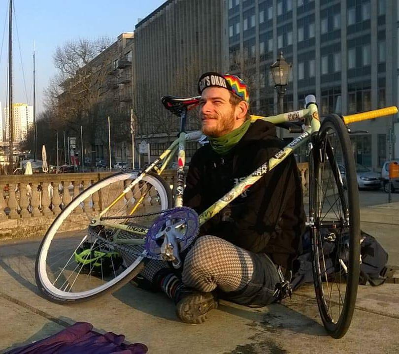 @ffr_217 looking fabulous and happy in -2deg but sunny Berlin with the 55t Stealth Rose 'Arches' chainring.  I love this photo!  #bespokechainrings #stealthrose #arches #track #chainring #fixedgear #berlin #rainbowchainring