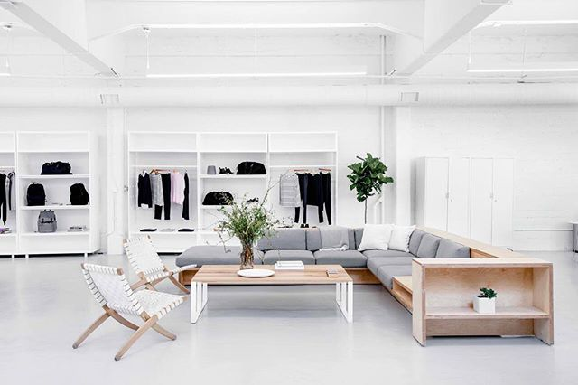 Currently on my bucket list: to spend an afternoon at one of @everlane's gorgeous showrooms. I bet it's the closest thing to minimalist heaven. ☕️💭 ⠀⠀⠀⠀⠀⠀⠀⠀⠀ 📷: @everlane