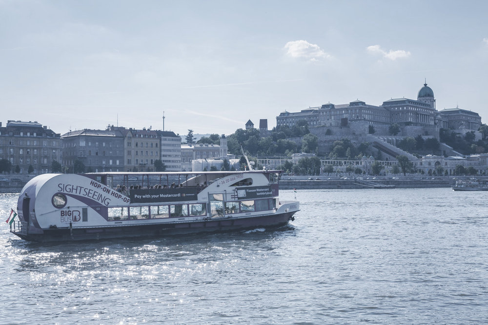 Sétahajózás a Dunán  Budapest sokszínű szépségét a vízről is felfedezhetjük. Hajóutak széles választéka várja a kirándulókat egy felejthetetlen utazásra.    Információ (angol nyelven)